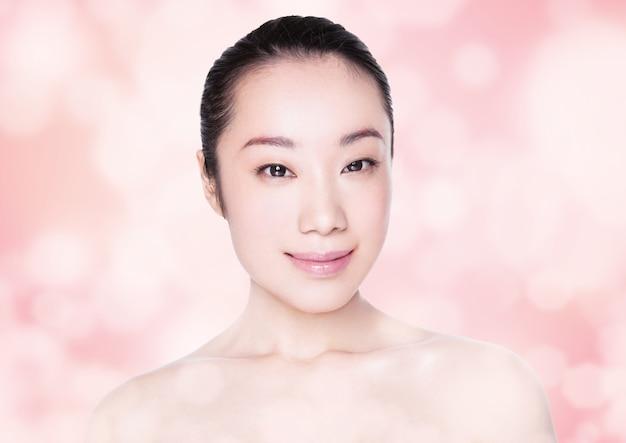 白い背景の上の美しさアジアの女性の健康的な化粧品メイク