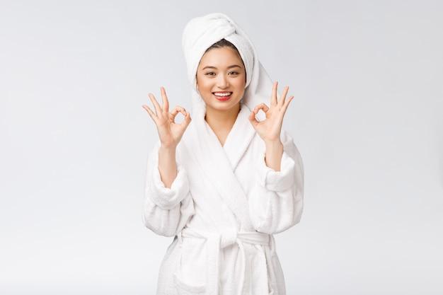 Красота азиатская женщина ок жест для хорошего продукта для лица, изолированных красоты и моды концепции