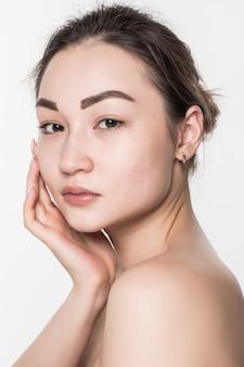 Женщина красоты азиатская при чистая свежая кожа изолированная на белой стене.