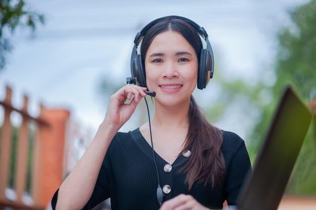 뷰티 아시아 여자는 콜센터 서비스 지원 가정에서 새로운 정상적인 작업