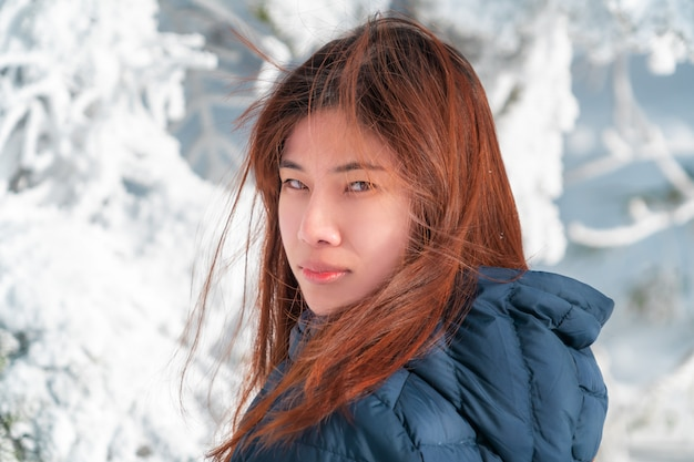 Красота привлекательная женщина с зимней модной одежды с красивой кожей лица в снежном курорте