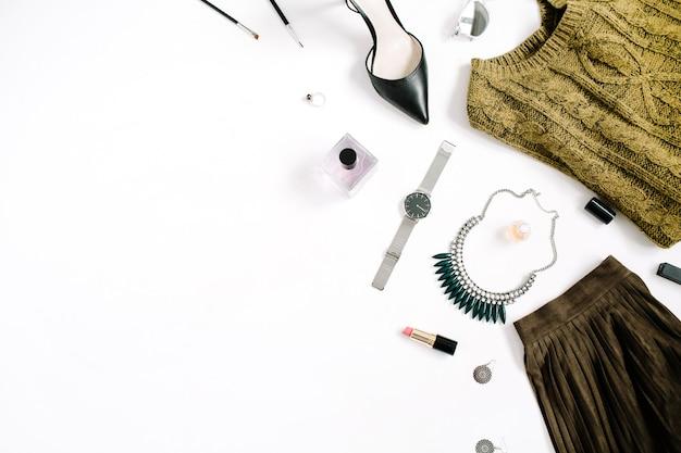 뷰티 블로그 개념. 여성 의류 및 액세서리 : 녹색 치마와 스웨터, 시계, 목걸이, 립스틱, 신발, 흰색 배경에 선글라스. 평면 위치, 최고보기 유행 패션 여성 배경.