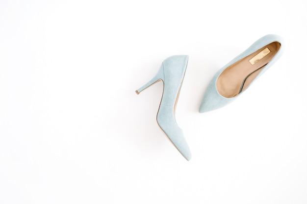 뷰티 블로그 개념. 흰색 바탕에 옅은 파란색 여성 신발입니다. 평면 위치, 최고보기 유행 패션 여성 배경.