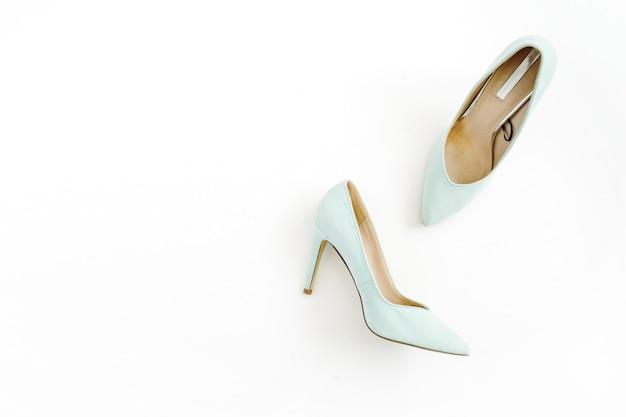 美容ブログのコンセプト。白地に淡いブルーの女性靴。