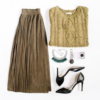 뷰티 블로그 개념. 여성 의류 및 액세서리 : 녹색 치마와 스웨터, 시계, 목걸이, 흰색 배경에 신발. 평면 위치, 최고보기 유행 패션 여성 배경.