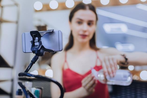 美容ブロガー。彼女の素敵なフォロワーのために化粧を脱ぐことについての彼女の次のエピソードを撮影している美容ブロガー