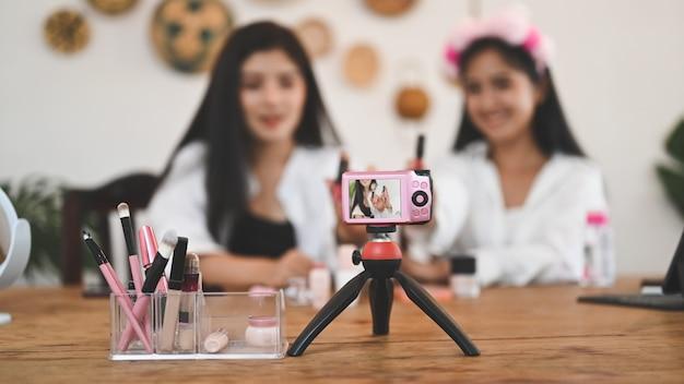 Концепция блоггера красоты, камера селективного фокуса показывает веселого восхищенного блоггера красоты.