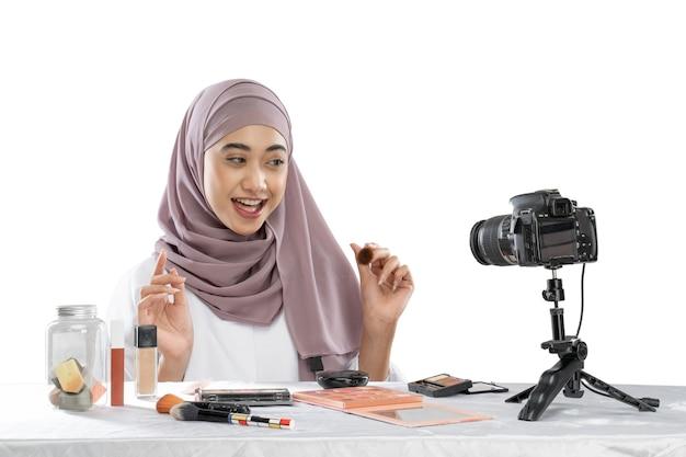 彼女のブログのヒジャーブ録画ビデオの美容ブロガー