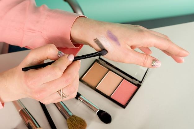 Бьюти-блогер, создающий макияж