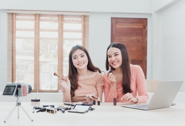 Бьюти-блогеры, две красивые азиатские женщины пытаются разобраться и продать косметику.