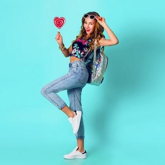 화려한 핑크 도넛을 들고 아름다움 금발 패션 모델 소녀. 과자, 디저트와 함께 재미있는 즐거운 여자. 다이어트, 다이어트 개념. 패스트 푸드. 밝은 색.