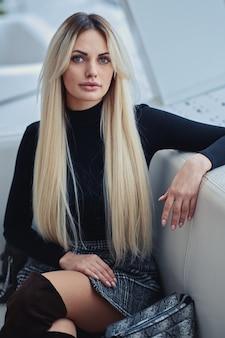 Красота блондинка в кафе в стильной одежде