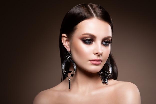 Красота брюнетка модель женщина праздник составляют крупным планом.