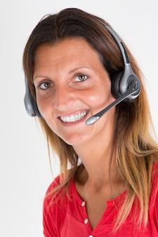 ヘッドセットとコールセンターのオフィスの美しさの実業家は顧客サポートを助ける