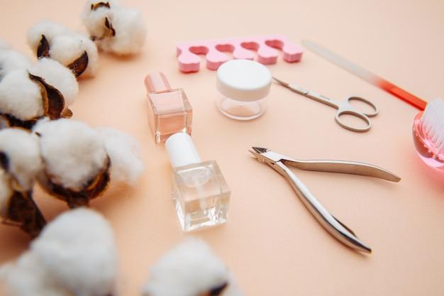 美容ケア。ピンクの表面の爪を作成し、治療するためのツール