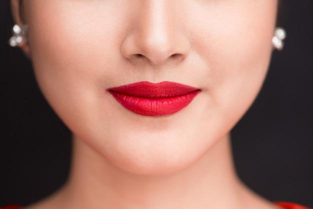 Красота. крупным планом вид губ красивой женщины с красной матовой помадой
