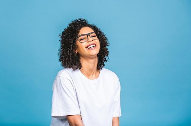 아프로 머리를 가진 젊은 아프리카 계 미국인 여자의 아름다움 근접 촬영 초상화. 파란색 배경 위에 격리.