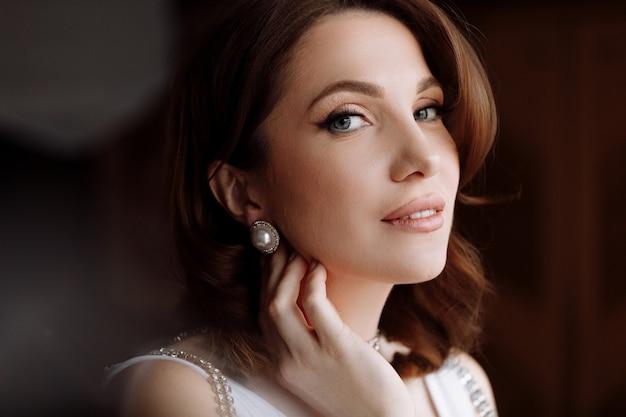 Концепция красоты. портрет красивой молодой эффектной брюнетки с ярким макияжем и прической пин ап.