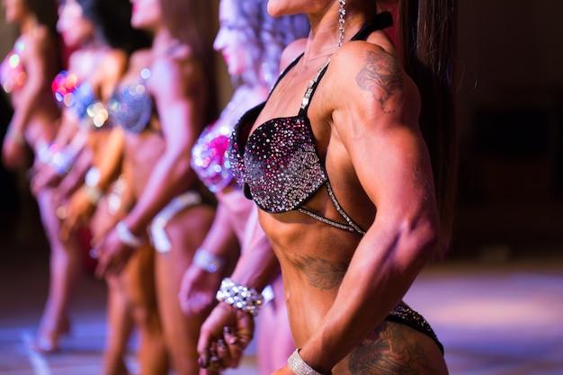 미인 대회. 피트니스 비키니 콘테스트. 성적인 여성의 몸.
