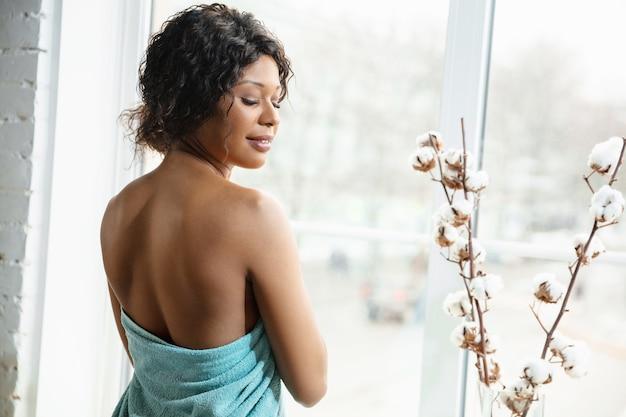 美容の日。自宅で毎日のスキンケアルーチンをしている女性