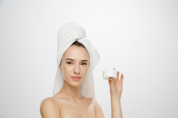 День красоты женщина в полотенце, изолированные на белом фоне студии