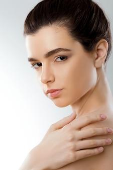 아름다움 얼굴. 아름다운 여인. 깨끗하고 신선한 피부를 가진 소녀입니다. 확대. 미용술. 피부 관리.