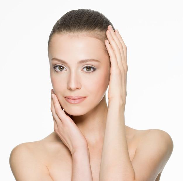 白地にきれいな肌を持つ若い女性の美顔