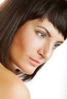 Красота лица красивой женщины с чистой свежей кожей - изолированные