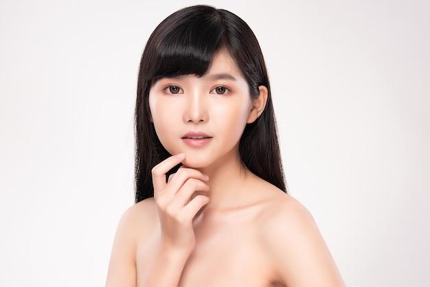 Красота лица улыбка азиатской женщины трогательный портрет здоровой кожи красивая счастливая модель девушки со свежей светящейся увлажненной кожей лица и естественным макияжем