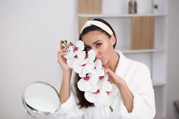 美しさの顔の女性自然な健康的な化粧品の皮膚ピュアsresh美しい女性幸せな笑顔の肖像画のマニキュア