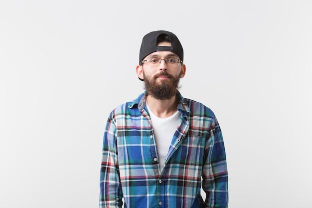 아름다움, 패션 및 사람들 개념. 흰색 위에 젊은 수염 된 hipster 세련된 남자의 초상화