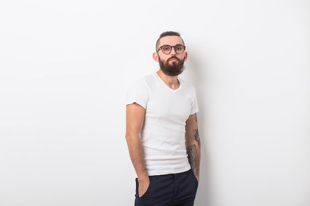 白い背景の上にひげを持つ流行に敏感な男の美容ファッションと人々の概念の肖像画