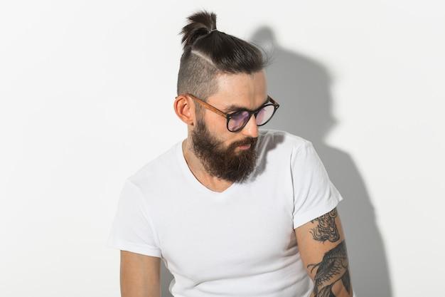 美しさ、ファッション、人々の概念-白い壁にひげを生やした流行に敏感な男の肖像画