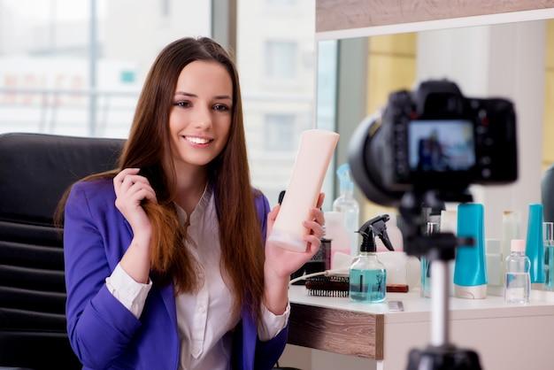 Beauty fashion blogger записывает видео для блога