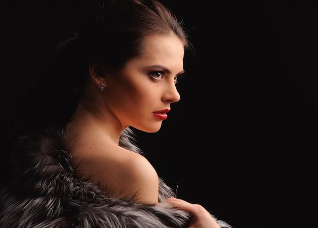 Девушка фотомодели красоты в голубой шубе норки. красивая роскошная зимняя женщина