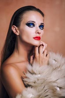 모피 코트와 란제리에 뷰티 패션 모델 소녀. 아름 다운 럭셔리 겨울 여자