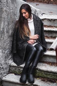 スタイリッシュなコートを着た美容ファッションモデルの女の子。美容トレンド。