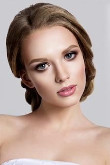 明るい化粧品で美容ファッションモデルの女の子
