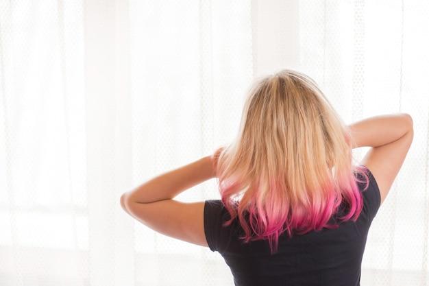 Красота фотомодель девушка с творческими красочными крашеными волосами