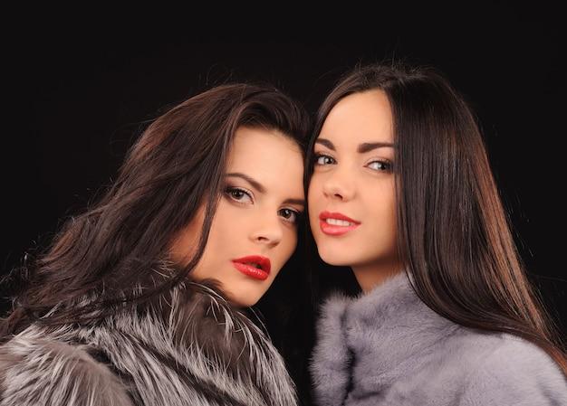ブルーミンクの毛皮のコートの美容ファッションモデルの女の子。美しい贅沢な冬の女性