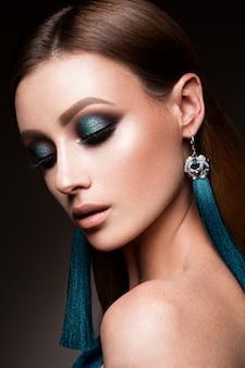 明るいメイクと美容ファッションモデルの女性