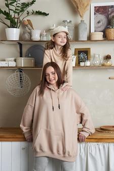 뷰티 패션 엄마와 딸. 가족 사진 촬영, 기쁨과 재미있는 감정. 여자와 여자 포옹