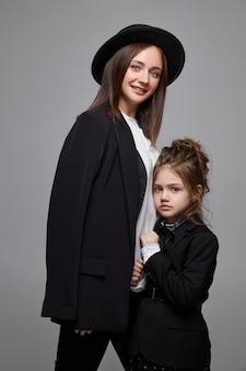 Салон красоты моды мама и дочка. семейная фотосессия, радость и веселые эмоции