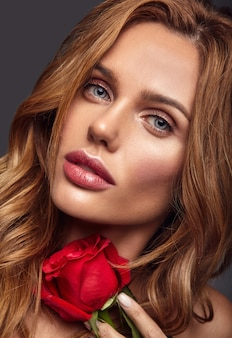 自然化粧品と美しいバラのポーズと完璧な肌を持つ若いブロンドの女性モデルの美容ファッションポートレート