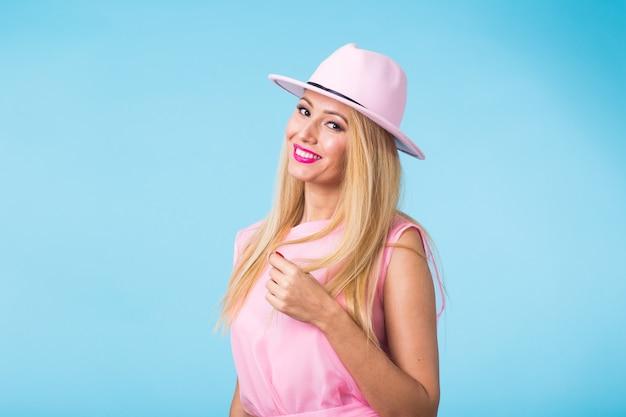 Красота мода летний портрет блондинки с красными губами и розовым платьем