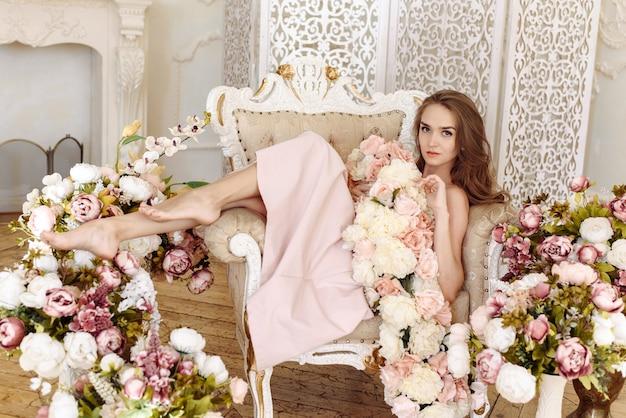 뷰티, 패션. 웨딩 스타일. 장미의 우아한 핑크 드레스에 아름다운 신부 여자의 초상화