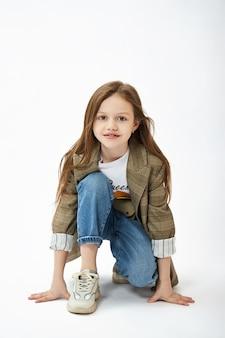Маленькая девочка моды красоты. ребенок девочка позирует, радость и веселые эмоции