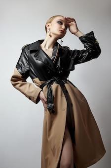 트렌치 코트, 전문 얼굴 메이크업 소녀 뷰티 패션 젊은 여자. 흰색 바탕에 여자의 초상화입니다. 비오는 날씨에 봄 옷