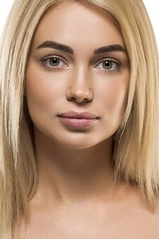 Красота женское лицо женщины светлые волосы уход естественный макияж мода молодой спа-модель. крупным планом вид.