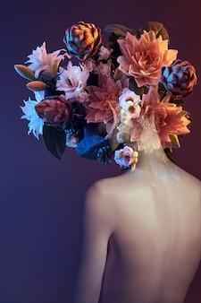 이중 노출을 가진 여자의 아름다움 꽃 얼굴. 소녀 네온 불빛과 색상, 전문 메이크업, 누드 여성의 등, 머리에 꽃의 초상화